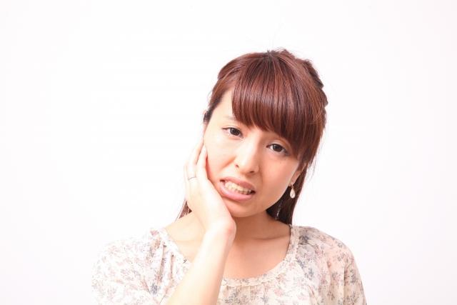 朝起きたら顔が動かない、気がついた顔が曲がっていた、食事中に食べ物や飲み物が口からこぼれてしまう、これらの症状を顔面神経麻痺